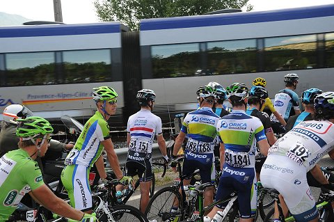 2013_TdF_Stage16_Peloton_Train