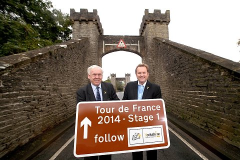 SML New TDF tourism sign in Middleham - CLLR John Weighall (l) and Gary Verity (r)[1]