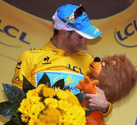 1343_TDF14_Stg7_Vincenzo_NIBALI_(Yellow)_Podium_Kiss-Lion_tdwPhSpt