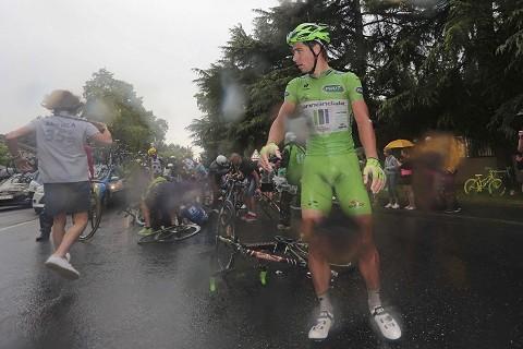 9047_TDF14_Stg19_Rain_Crash_3km_to_go-Peter_SAGAN_(Green)_tdwPhSpt