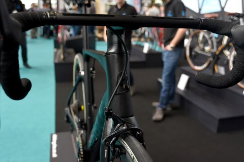 f126c54e811 Optional carbon integrated cockpit with full internal cable routing • Tyre  size compatibility – Up to 30c • Bolt through front and rear axles on SL  Disc for ...